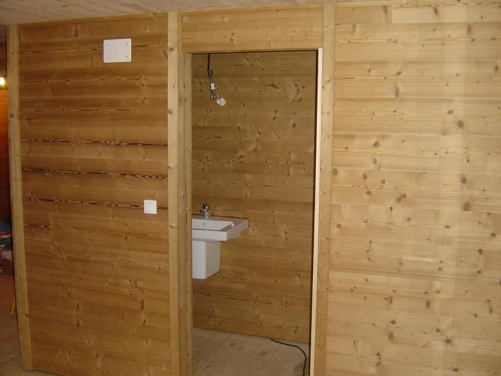 Murs et plafonds en bois r nov 39 cr ation for Pose d un lambris mural horizontal